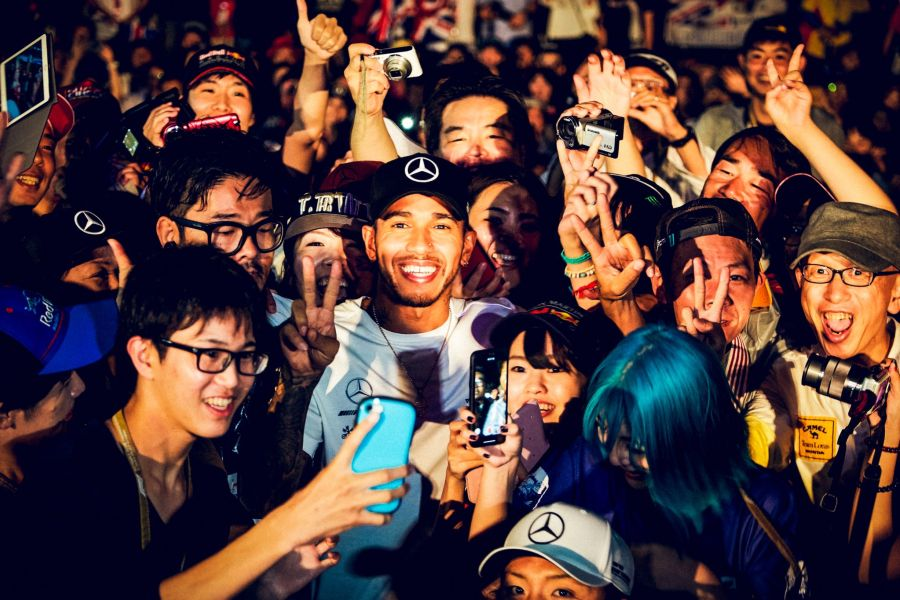 Japanese-GP-Lewis-Hamilton-crowd